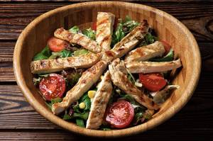 Tavuk izgara salatasi