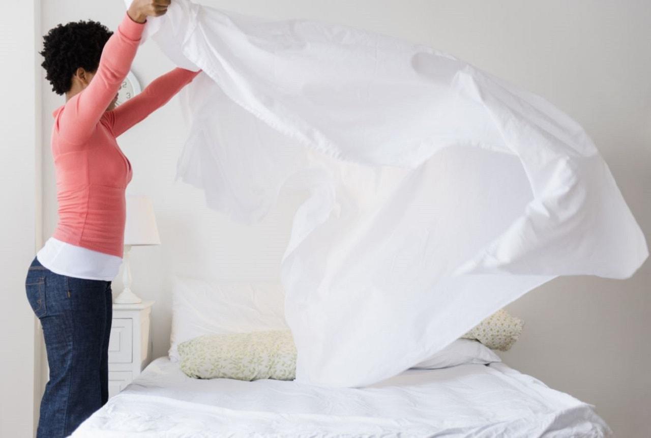 Yatak Toplayan Kadın