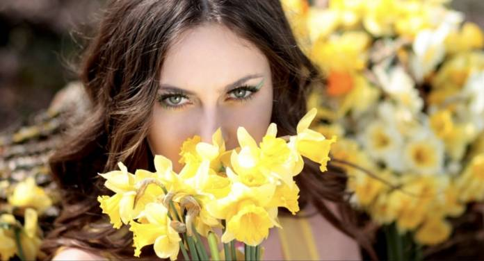 Koç Burcu Kadınları Hangi Çiçekleri Tercih Eder? İlkbahar çiçeklerinden sümbül koçları temsil eder. Sümbül ile koç insanının aklını çelebilirsiniz. Mavi, beyaz ve mor sümbül koçları çabuk etkiler. Sümbül kışın cam önünde bile yetiştirilebilen bakımı kolay bir çiçek türüdür. Boğa Burcu Kadınları Hangi Çiçekleri Tercih Eder? Boğalar yaşama sevinci ile doludur. Laleler boğa burcunu temsil eder. Canlı renkli laleler ile boğa insanını mutlu edebilirsiniz. Lale dolu bir vazo boğaları mutlu eder. İkizler Burcu Kadınları Hangi Çiçekleri Tercih Eder? İkizler gül ile hayat bulur ve mutlu olurlar. Gülün zerafeti ve çekiciliği ikizler kadınını büyüler, kırmızı ve pembe renk güler ilgisini çeker. Gül yetiştirmek, toprakla haşir. Neşir olmamak ikizleri mutlu eder. Yengeç Burcu Kadınları Hangi Çiçekleri Tercih Eder? Akdeniz lalesi yengeçleri etkiler. Güçlü ve canlı renklerin yanı sıra güzel kokuya dikkat ederler. Akdeniz lalesi kendi halinde yaşayan bir çiçektir. Aslan Burcu Kadınları Hangi Çiçekleri Tercih Eder? Gösteriş delisi aslanlar orkide çiceğine hayır diyemezler. Renk olarak güçlü renkleri tercih ederler. Orkide çiçeğinin büyülü dünyasına kapılırlar. Başak Burcu Kadınları Hangi Çiçekleri Tercih Eder? Bakımı kolay olan Margit çiçeğini tercih ederler. Renklerin canlılığı ve beyazın büyülü yapısına kapılırlar. Çiçeklerde sadelik ve koku ararlar. Etkili ve uzun süre kokan çiçekleri tercih ederler. Terazi Burcu Kadınları Hangi Çiçekleri Tercih Eder? Dalya çiçeği tam terazilere göredir. Şıklığı ve zarafeti severler. Basit, yaru ve tam dolgulu dalyalar terazilerin en çok tercih ettiği çiçek türleridir. Renkli ve yapraklı bir bitki olan dalyalar her bölgede yetişmez. Ender bulunan nadide çiçeklerden birisidir. Akrep Burcu Kadınları Hangi Çiçekleri Tercih Eder? Eşek dikeni akrepleri büyüler. Çiçeğin dikenleri akrepleri her zaman etkilemiştir. Hoyrat ve mücadeleci çiçekler akreplerin ilgisini çeker. Dağ çiçekleri ve yabani çiçekler akrepler tarafından çok tercih edilir. Yay Burcu Ka